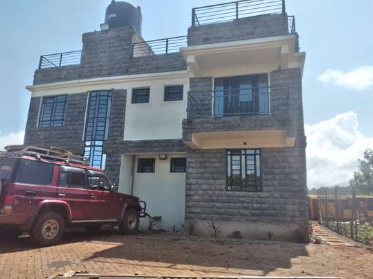 4 bedroom massionate with sq. Has a big executive kitchen , 4 bedrooms including a guest ensuite bedroom. Has a solar water heater , ground chimney and rooftop chimney and a basket ball pitch area and play area at the rooftop.