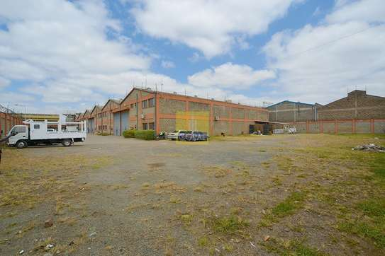 6000 ft² warehouse for rent in Industrial Area image 3