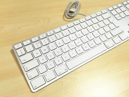 Apple MAC G6 A1243 Keyboard Wired USB w/ Numeric Keypad Full Size-UK/GB English image 2
