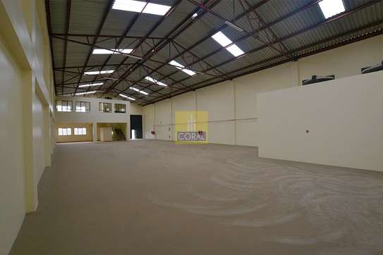 6000 ft² warehouse for rent in Industrial Area image 4
