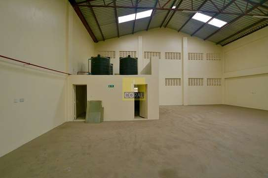6000 ft² warehouse for rent in Industrial Area image 6