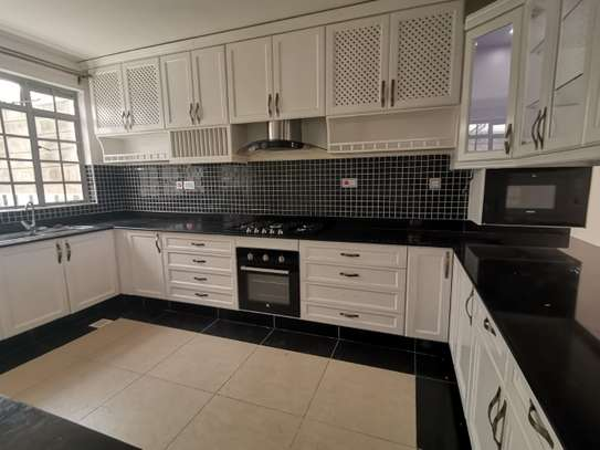 AN EXECUTIVE 5 BEDROOMS TOWNHOUSE WITH DSQ image 12