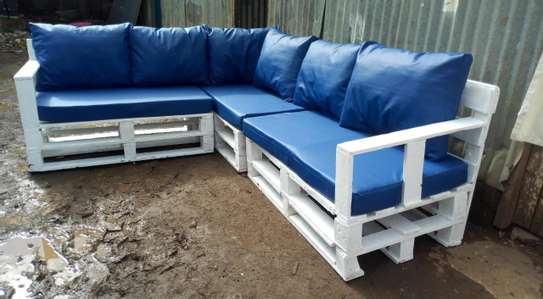 BEAUTIFUL 6 SEATER PALLET SOFA WITH CUSHIONS image 3