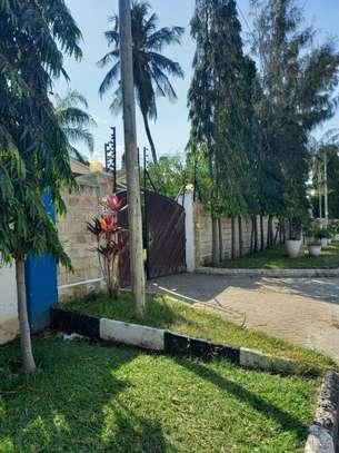 5 bedroom townhouse for rent in kizingo image 8