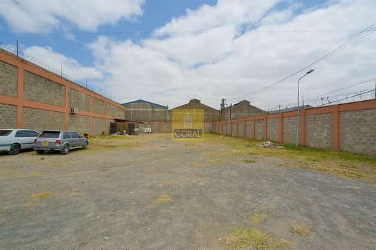 6000 ft² warehouse for rent in Industrial Area image 2