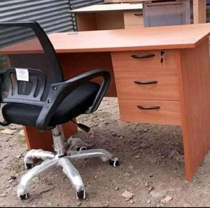 High class office table with a good quality mesh chair in black image 1