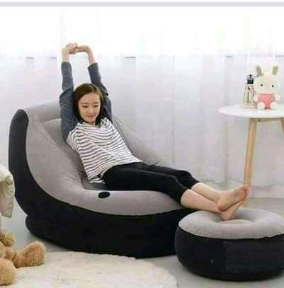 Inflatable seat with footrest image 1