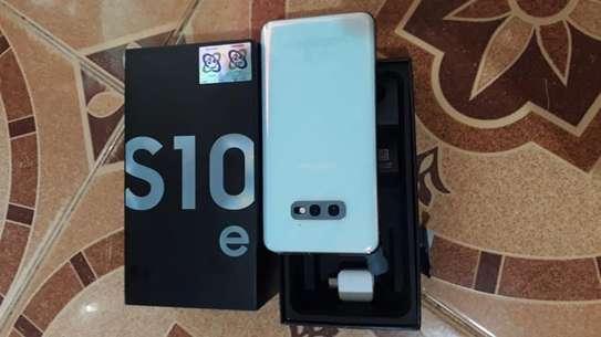 Samsung s10e image 2