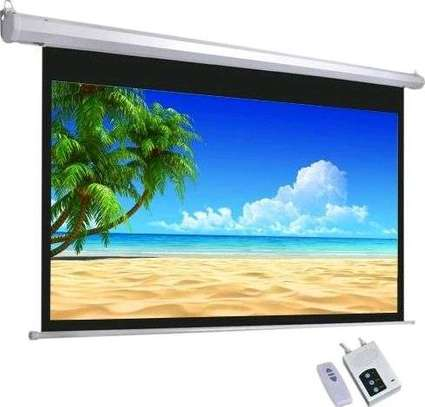 566 by 468 electronic projector screen