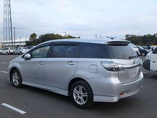 Toyota Wish image 2