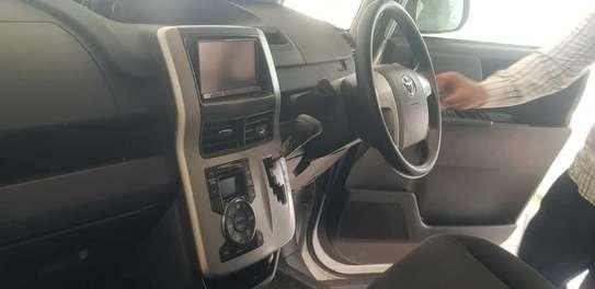 Toyota Voxy image 3