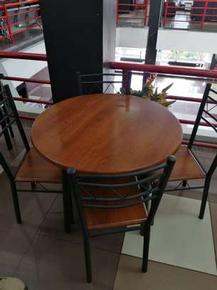ROUND DINING TABLE image 4