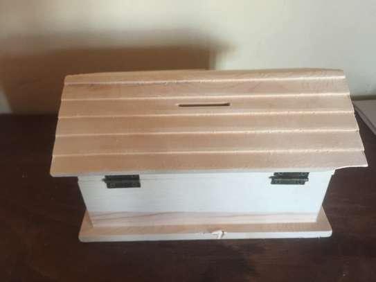 Piggy bank/house shaped money saving box image 6