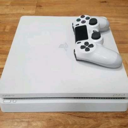 PLAYSTATION SLIM WHITE 500GB WITH 2 CONTROLLERS + FIFA 20 SLIGHTLY USED WITH 6 MONTHS WARRANTY