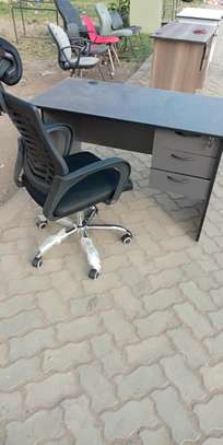 Headrest office chair equipped with an office table image 1