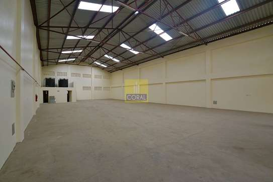 6000 ft² warehouse for rent in Industrial Area image 5