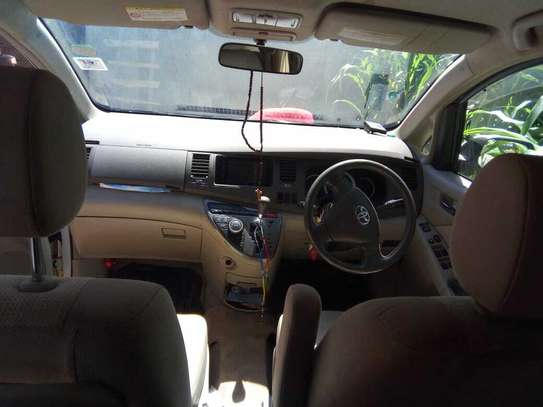 Toyota ISIS image 6