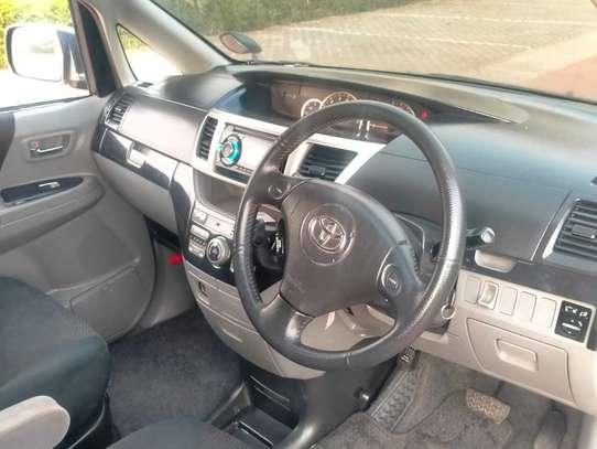 Toyota Voxy image 10