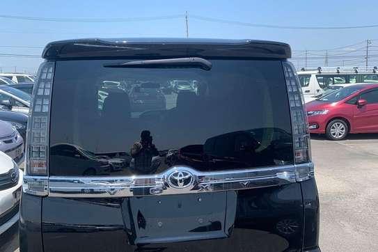 Toyota Voxy image 2
