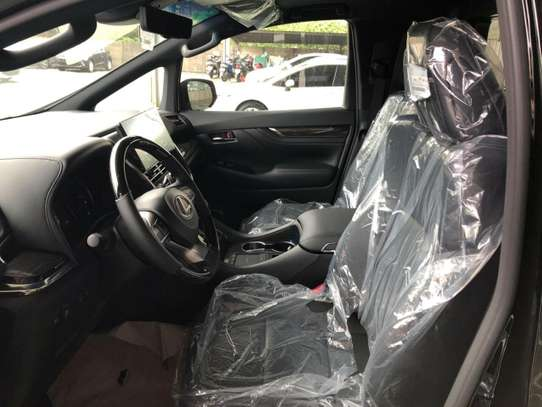 Lexus LM image 2