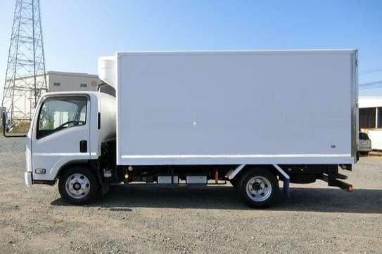 Isuzu ELF Truck image 4