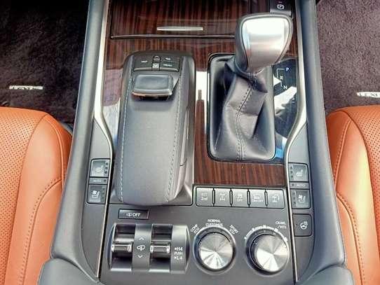 Lexus 570 image 3