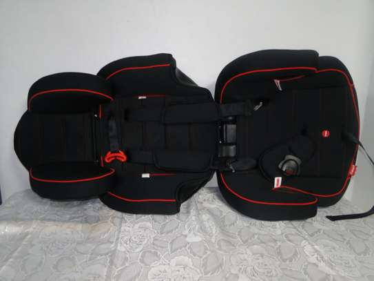 2 in 1 Baby car seat/bed image 2