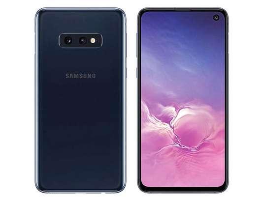 Samsung S10E image 3