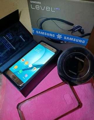 Samsung Galaxy S7 Edge [ 128 Gigabytes ] With Charging Pad image 2