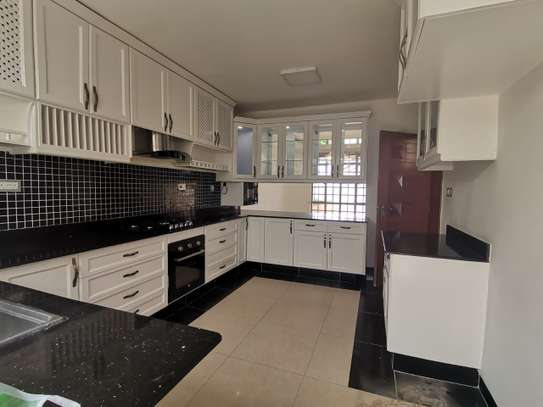 AN EXECUTIVE 5 BEDROOMS TOWNHOUSE WITH DSQ image 3