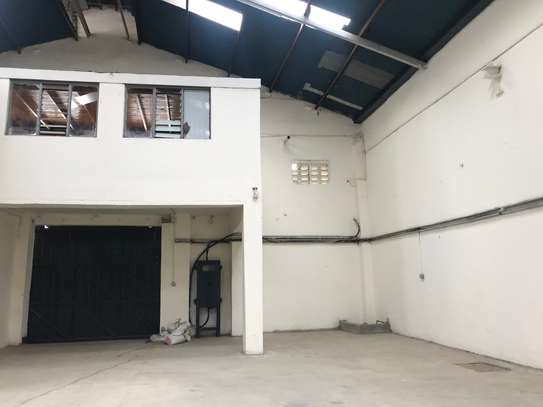 9000 ft² warehouse for rent in Industrial Area image 3