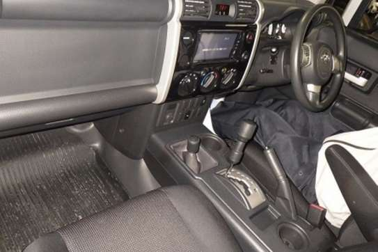 Toyota FJ CRUISER image 6