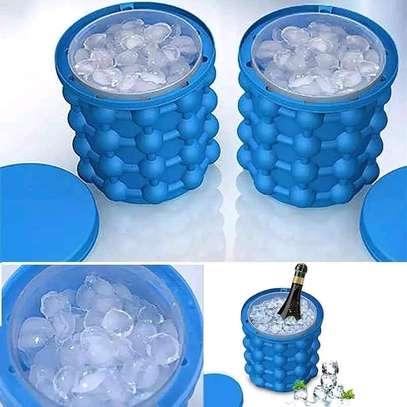 Ice cube maker/ice cube image 1