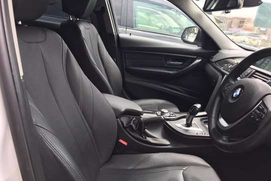 BMW 320i Exclusive Automatic image 6