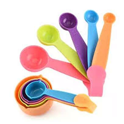 measuring cups assorted colours image 3