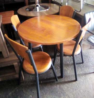Table with 4 chairs 15cf image 1