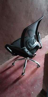 Curved backrest black swivel chair with armrest image 1