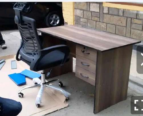 An office desk with big and tall office chair in black image 1