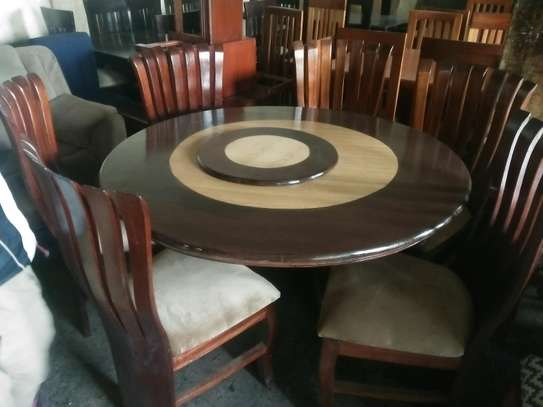 Readily available 6-seater round dining table with a spinner
