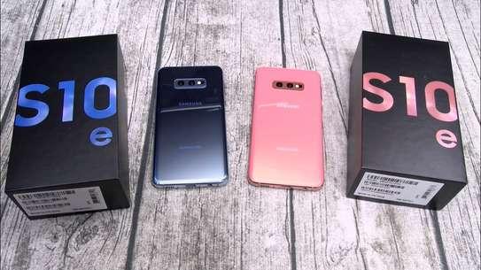 Samsung Galaxy S10e image 1