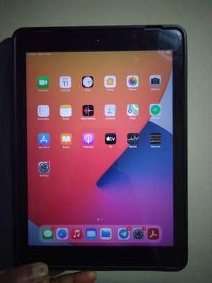 Apple i pad 5th generation, 9.7 inch, 128 GB image 5