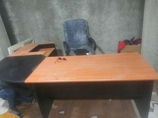 Managerial chair with table
