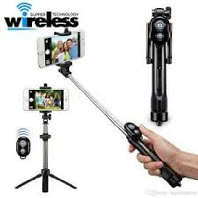 Selfie Stick With Bluetooth Remote image 1