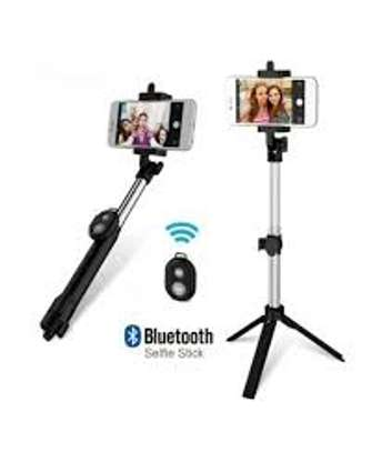 Selfie Stick With Bluetooth Remote image 3