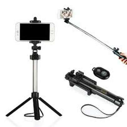 Selfie Stick With Bluetooth Remote image 2