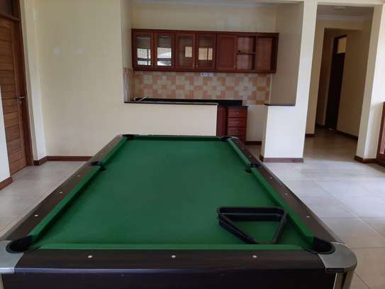 4 Bedrooms House  In Oysterbay. image 8