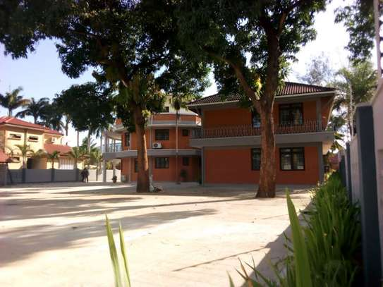8bed houe at mikocheni $2000pm i deal for office image 1