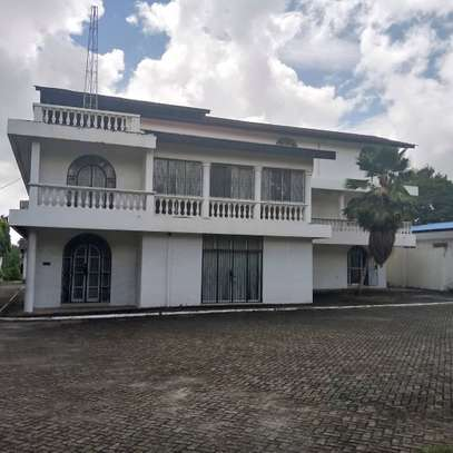 5bed room house with big compound at ada estate $1500 image 1