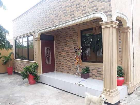 5 bed room house with  servant quorter for sale at ununio image 1