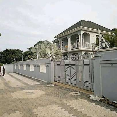 HOUSE FOR SALE AT MBEZI BEACH....a 4bedrooms with a servant cotter image 3